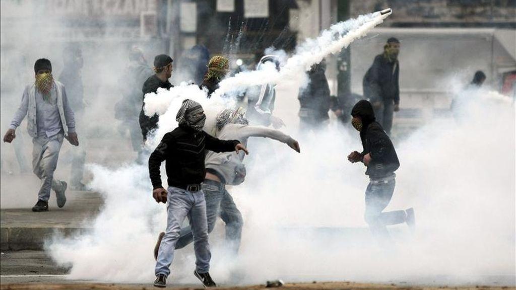 Simpatizantes de la formación kurda el Partido de la Paz y la Democracia (BDP) protestan mientras la policía antidisturbios turca lanza gases lacrimógenos contra ellos, durante una manifestación ilegal en contra de la decisión de la Comisión Electoral Suprema, en Estambul, Turquía. EFE
