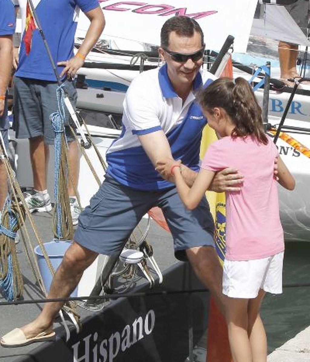 El príncipe ayuda a una de sus sobrinas a subir al velero