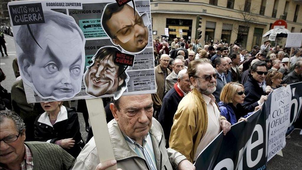 Un grupo de manifestantes ha cortado el tráfico ante la sede del PSOE en la madrileña calle de Ferraz para exigir la dimisión del presidente del Gobierno, José Luis Rodríguez Zapatero. EFE