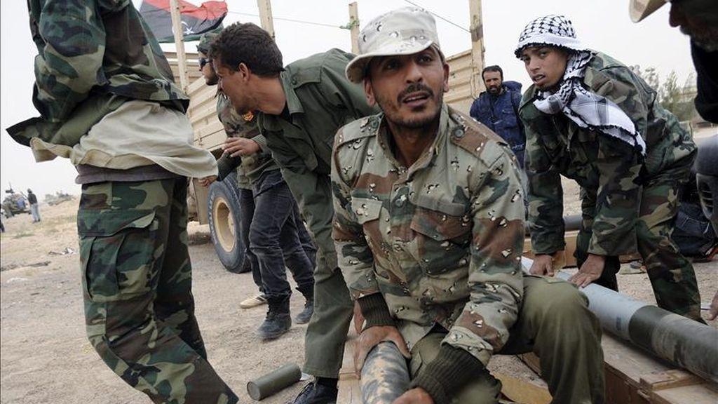 Soldados rebeldes libios preparan unos misiles en una carretera cerca de Ajdabiya, Libia. EFE