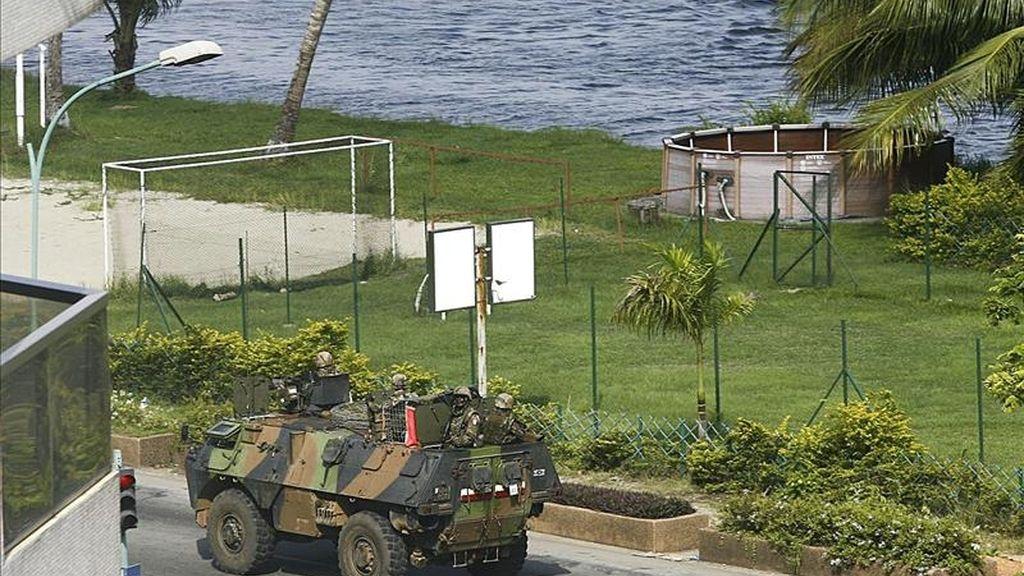 Un vehículo blindado francés patrulla una calle de Abiyán, Costa de Marfil, ayer jueves 31 de marzo. EFE