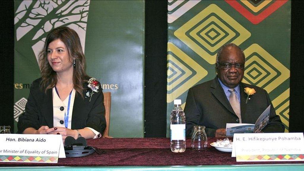 Fotografía facilitada por la Agencia Española de Cooperación Internacional para el Desarrollo (AECID) de la secretaria de Estado de Igualdad, Bibiana Aído (i), acompañada del presidente namibio, Hifikepunye Pohamba, durante la inauguración hoy del VI Encuentro de Mujeres por un Mundo Mejor, que se celebra hasta el domingo en Windhoek. EFE