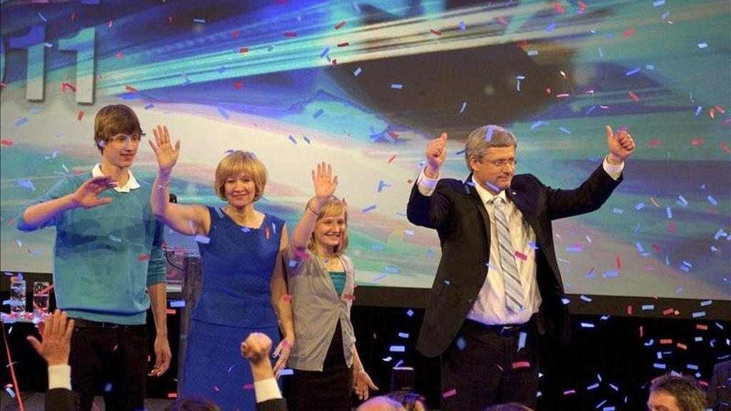 Fotografía facilitada hoy martes 3 de mayo de 2011 que muestra al primer ministro canadiense, Stephen Harper (d), mientras celebra con (i-d) su hijo, Benjamin; esposa, Laureen, y hija Rachel, los resultados de las elecciones generales en Calgary, Canadá, anoche 2 de mayo de 2011. EFE