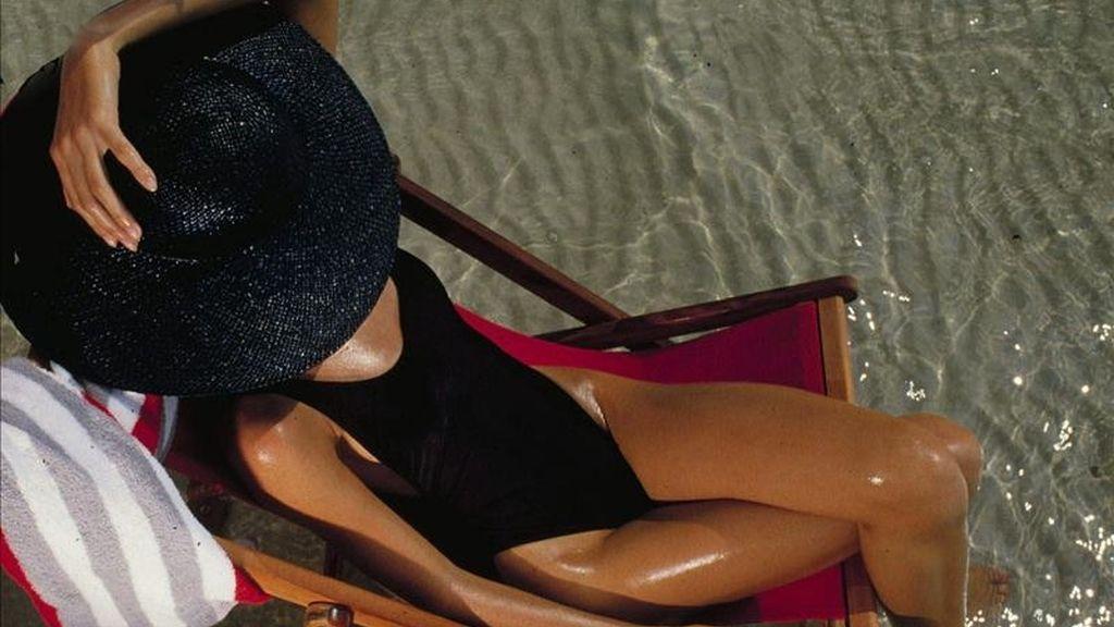 Una mujer toma el sol. EFE/Archivo