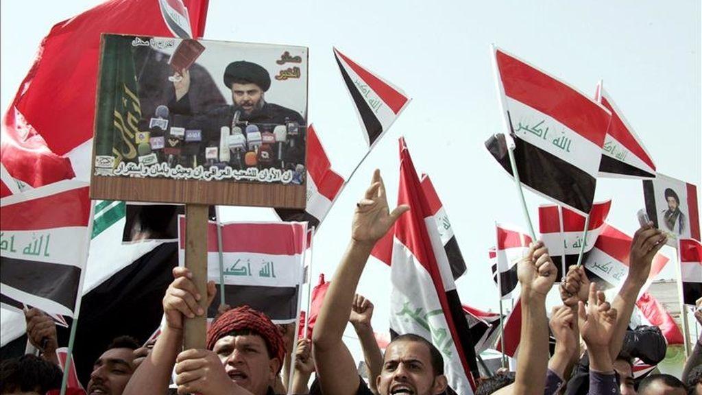 Simpatizantes del clérigo radical chií Muqtada al Sadr manifestándose en Bagdad hoy para pedir la salida de las tropas estadounidenses y la liberación de los presos políticos. EFE