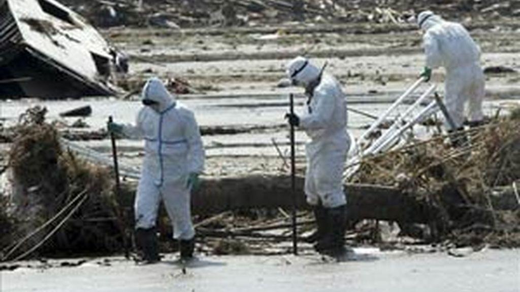Policías protegidos de la radiación buscan víctimas del tsunami en Minamisoma en la prefectura de Fukushima (Japón). Foto:  EFE / Archivo