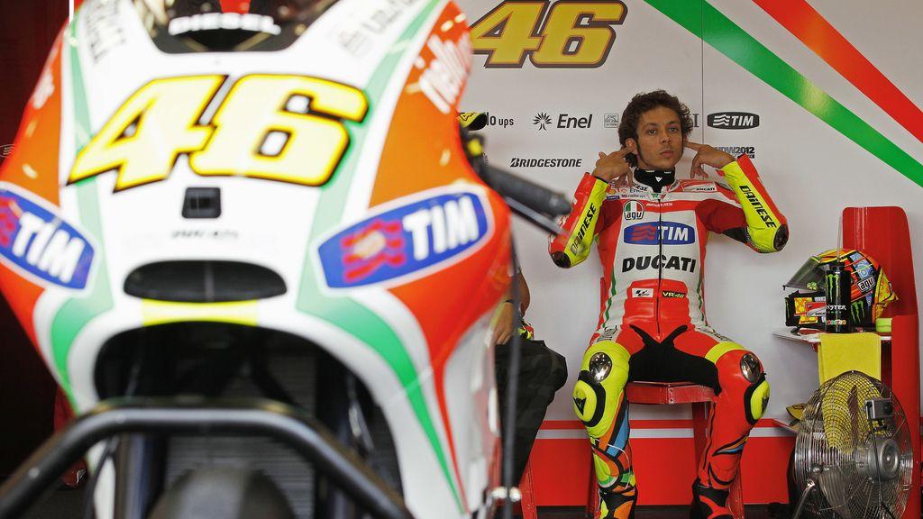 Rossi se tapa los oídos en los libres del GP de Gran Bretaña