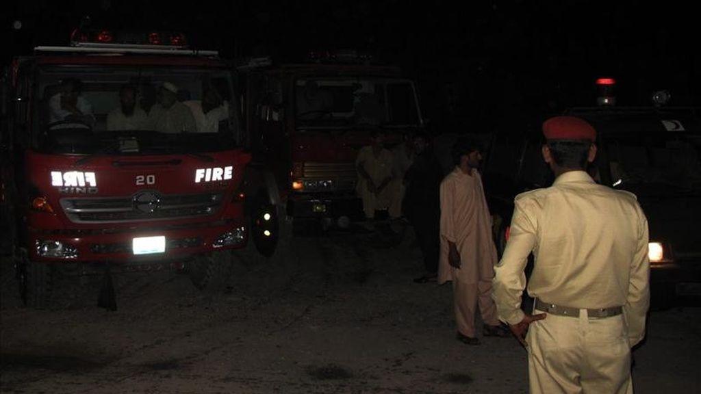 Soldados pakistaníes y bomberos acordonan el lugar donde según medios de prensa Osama bin Laden, el terrorista más buscado del mundo, fue muerto en una operación dirigida por fuerzas especiales de Estados Unidos en Abbotabad (Pakistán). EFE