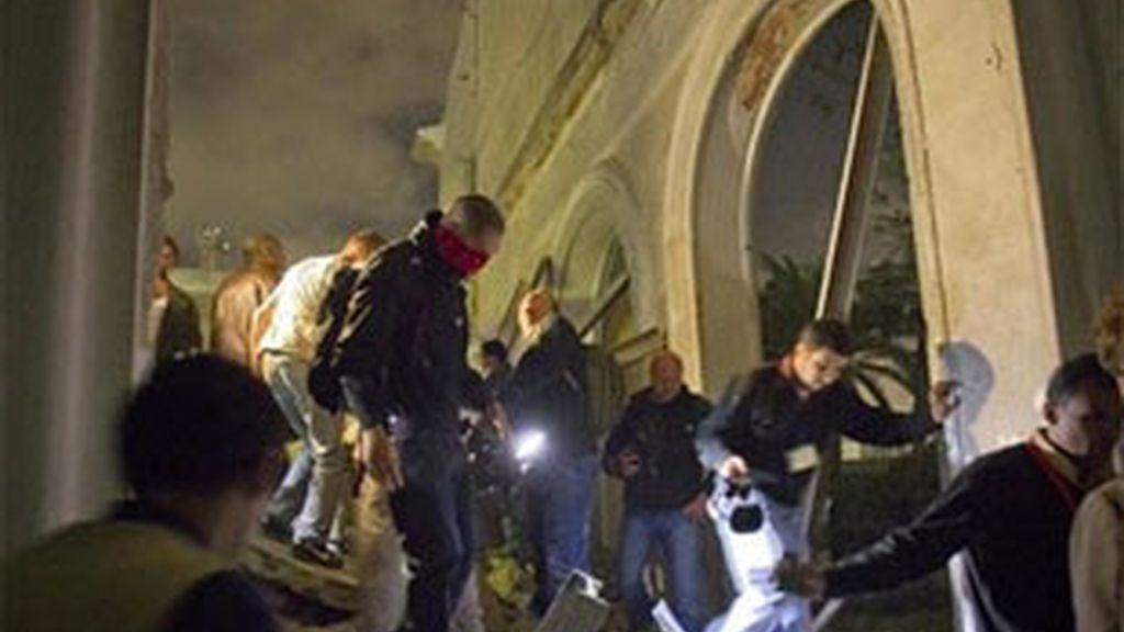 El gobierno libio organiza visitas a la prensa para mostrar las ruinas de un edificio oficial en Trípoli tras los bombardeos de la OTAN. Foto: AP.