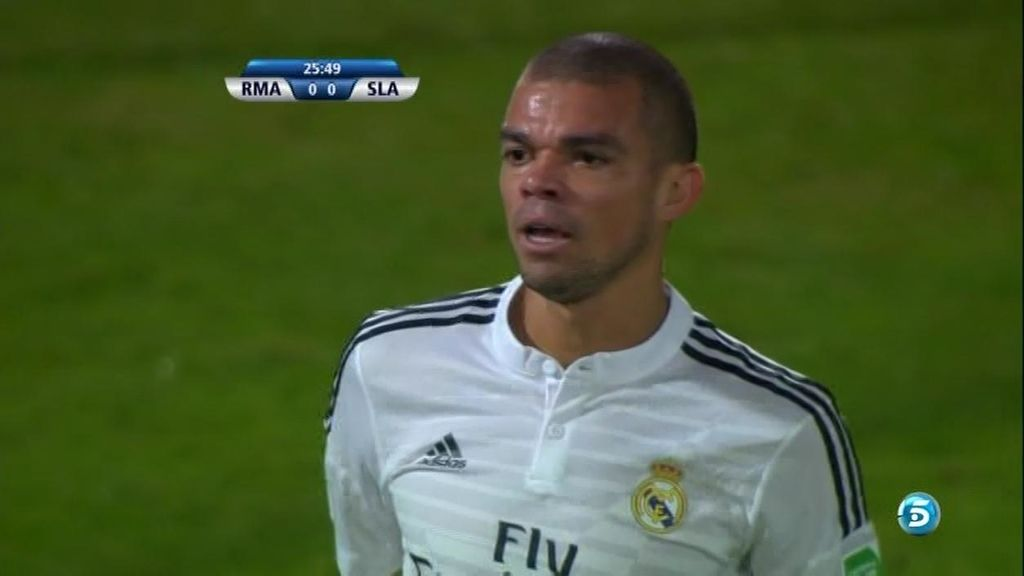 ¡Insólito! Pepe pierde el balón y remata el saque de banda que acababa de sacar
