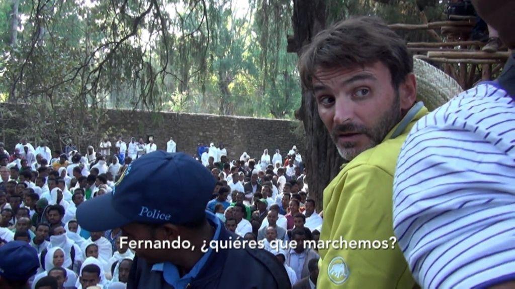 Fernando Tejero abandona una ceremonia etíope sobrepasado por la muchedumbre