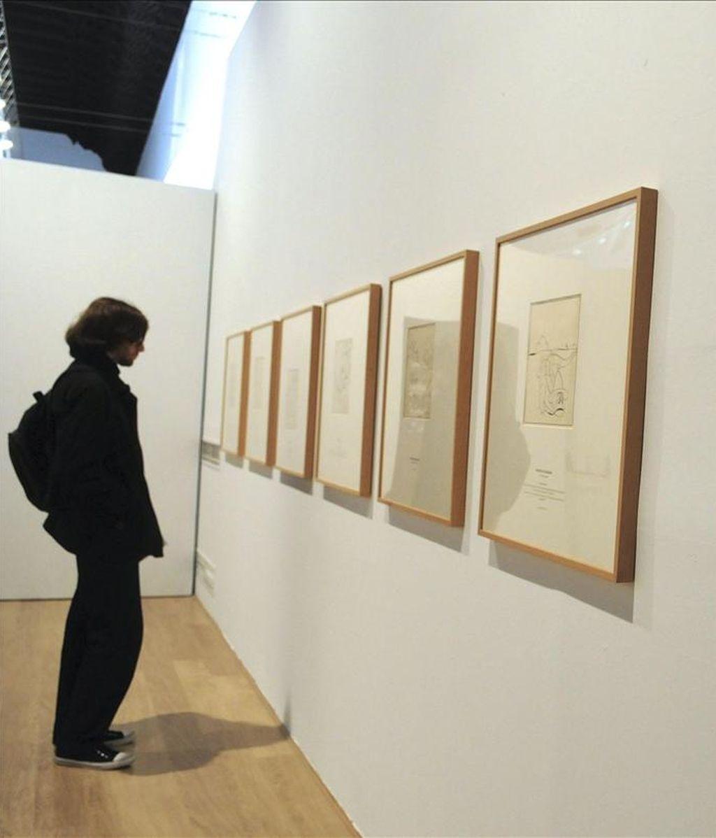 En la imagen, un joven contempla una obra del caricaturista Luis Bagaría. EFE/Archivo