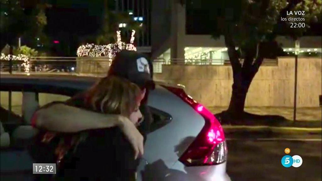 ¡Enrique Iglesias para su coche para fotografiarse con unos fans!