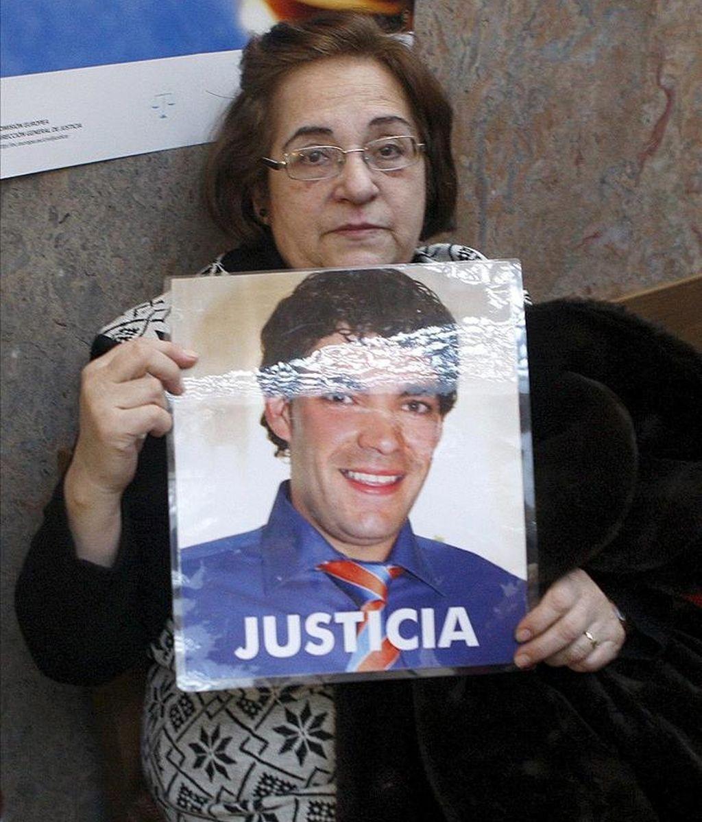 Julia Bernad enseña una foto de su hijo Benito Ríos, una de las víctimas en el atropello, en julio de 2007, a un grupo de personas frente a la discoteca Manhattan de Huesca, del que se acusa al jóven de 25 años Víctor Manuel Gómez Rivero, momentos antes del inicio del juicio en la Audiencia Provincial de Huesca. EFE