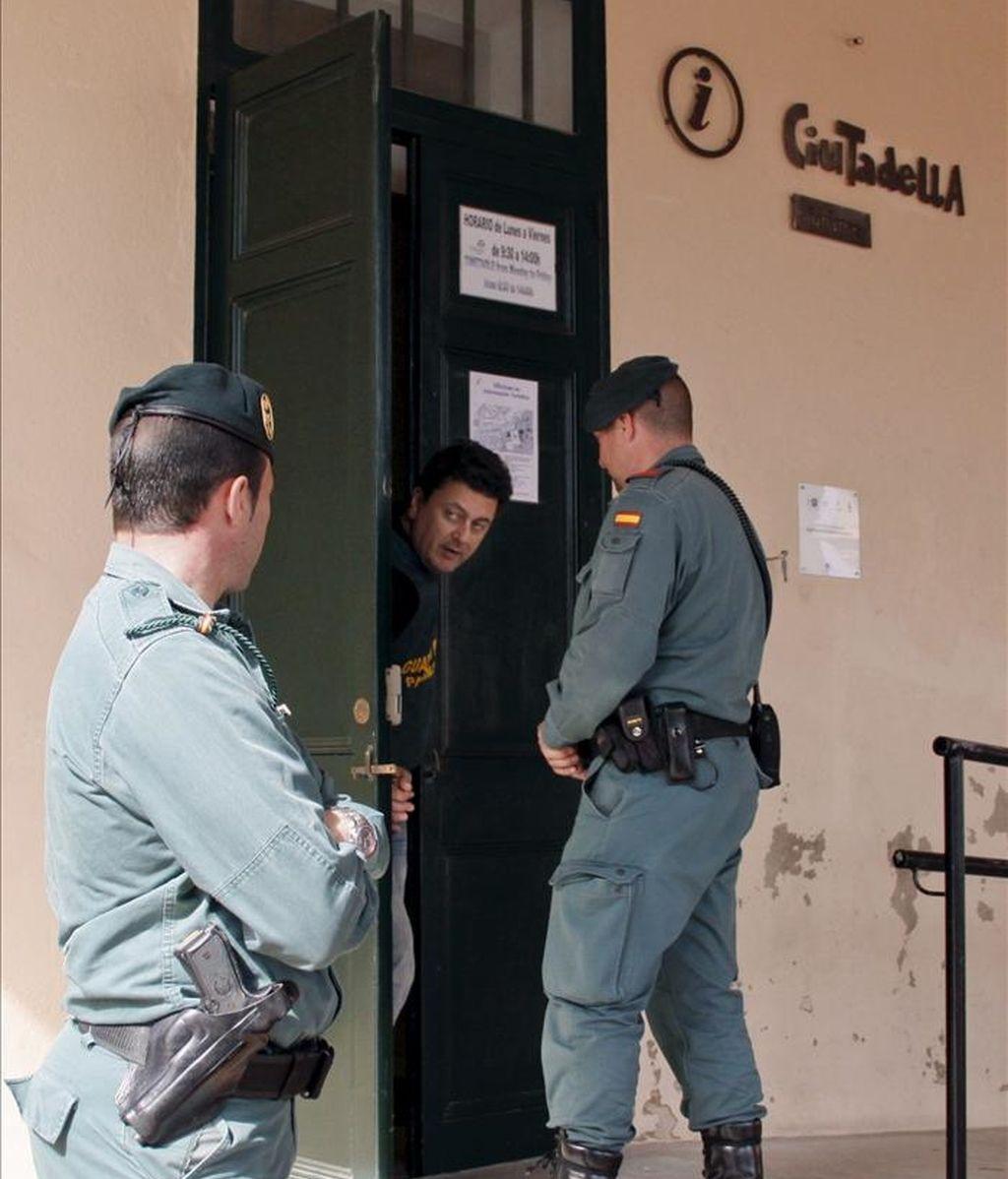 Dos guardias civiles permanecen junto a la oficina de turismo de Ciutadella (Menorca), en donde fueron sido detenidos el ex alcalde de la localidad Llorenç Brondo y el ex teniente de alcalde de Urbanismo Avel·lí Casasnovas. EFE/Archivo