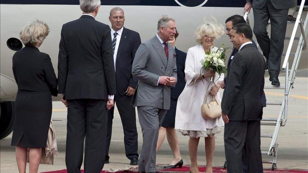 El Príncipe de Gales, Carlos de Inglaterra (c), y su esposa Camila, Duquesa de Cornualles, son recibidos por el príncipe Mulay Rachid (2d), a su llegada hoy al aeropuerto de Rabat-Salé, en Marruecos, donde se reunirán con distintas autoridades y promoverán la aportación de las empresas británicas en materia social y en medio ambiente en este país magrebí. EFE
