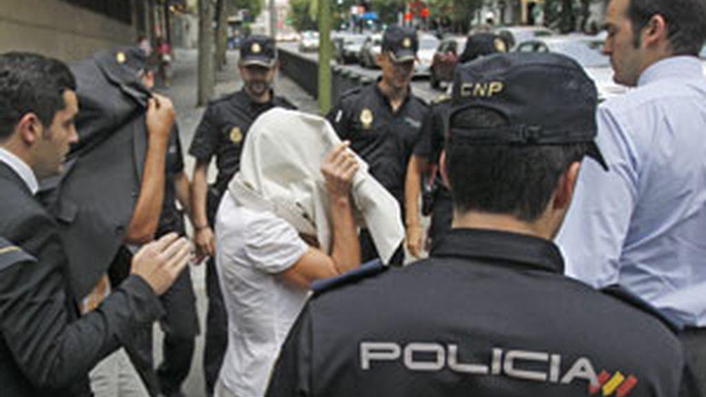 Elena Vázquez (tapada con chaqueta blanca), y Celedonio Martín salen del juzgado. Foto: EFE