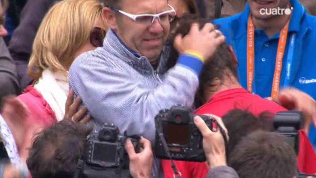 Tras ganar, Rafa ha subido a la grada para celebrar la victoria con los suyos