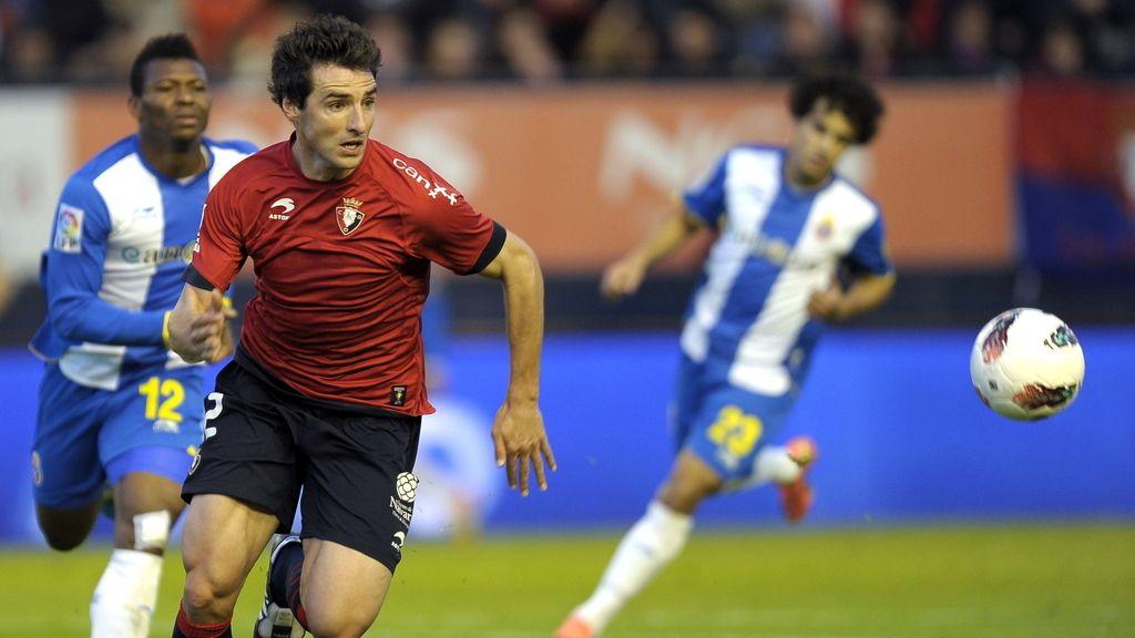 El delantero nigeriano del RCD Espanyol, Kalu Uche, lucha por el balón con el defensa de Osasuna Marc Bertrán