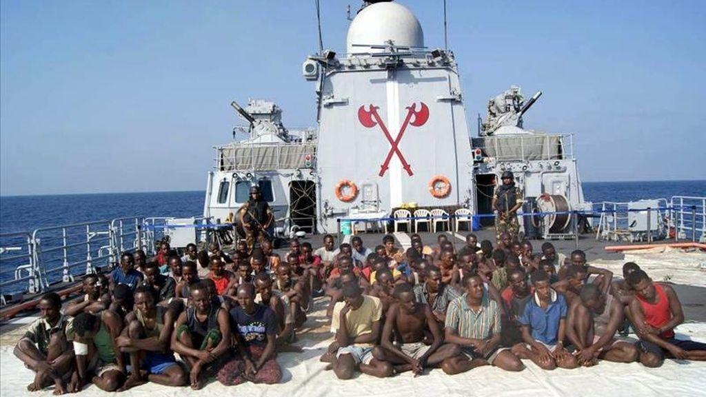 En la imagen, piratas somalíes en la cubierta de un barco secuestrado. EFE/Archivo