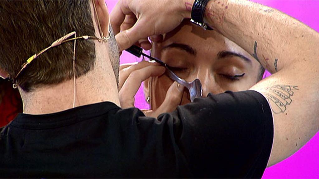 Tutorial con Pelayo: ¿Cómo pintar la raya de los ojos con una cuchara?