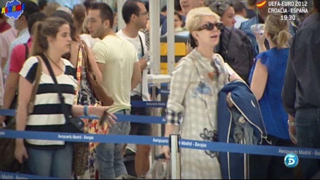 Ion Aramedi la acompaña mientra factura el equipaje