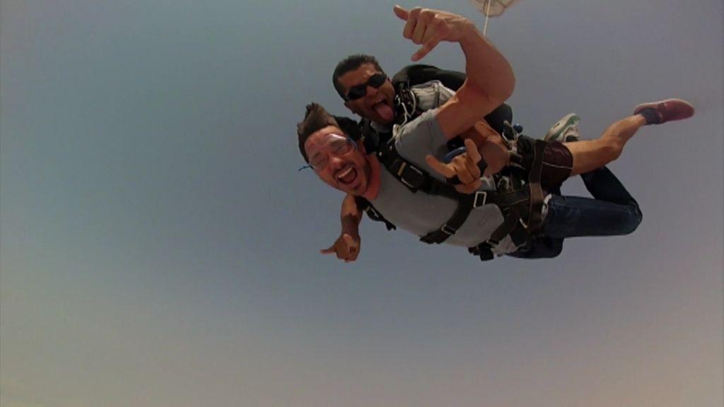 Andrés Velencoso se tira por paracaídas por primera vez en su vida con Planeta Calleja