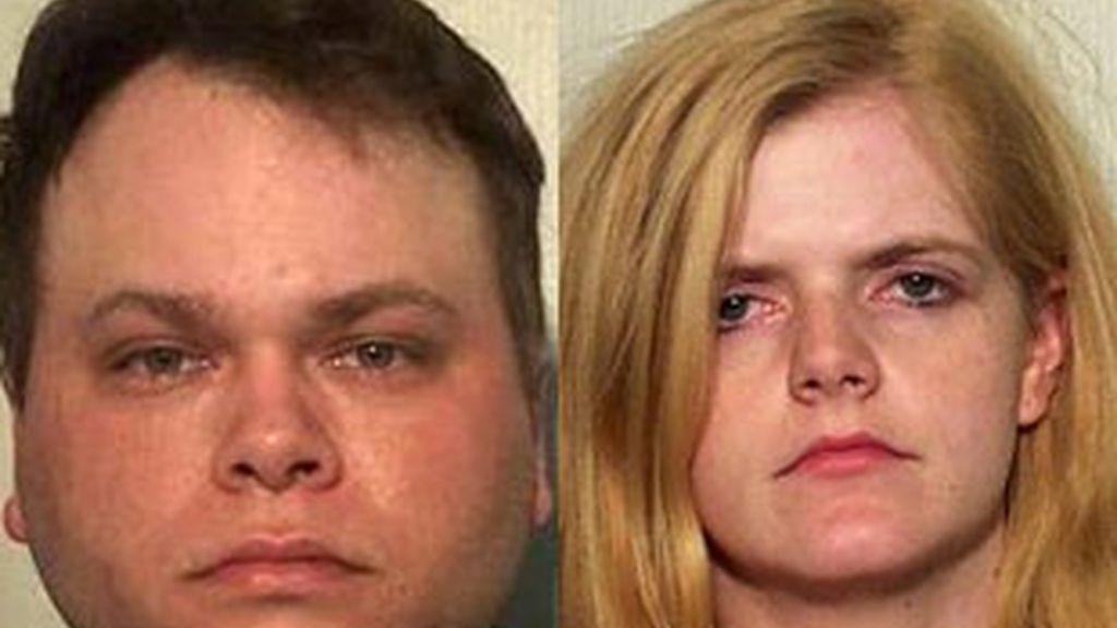 Brian Gore, de 29 años, ha explicado a la policía que la niña estaba en la jaula desde el pasado verano. Vídeo: Informativos Telecinco.