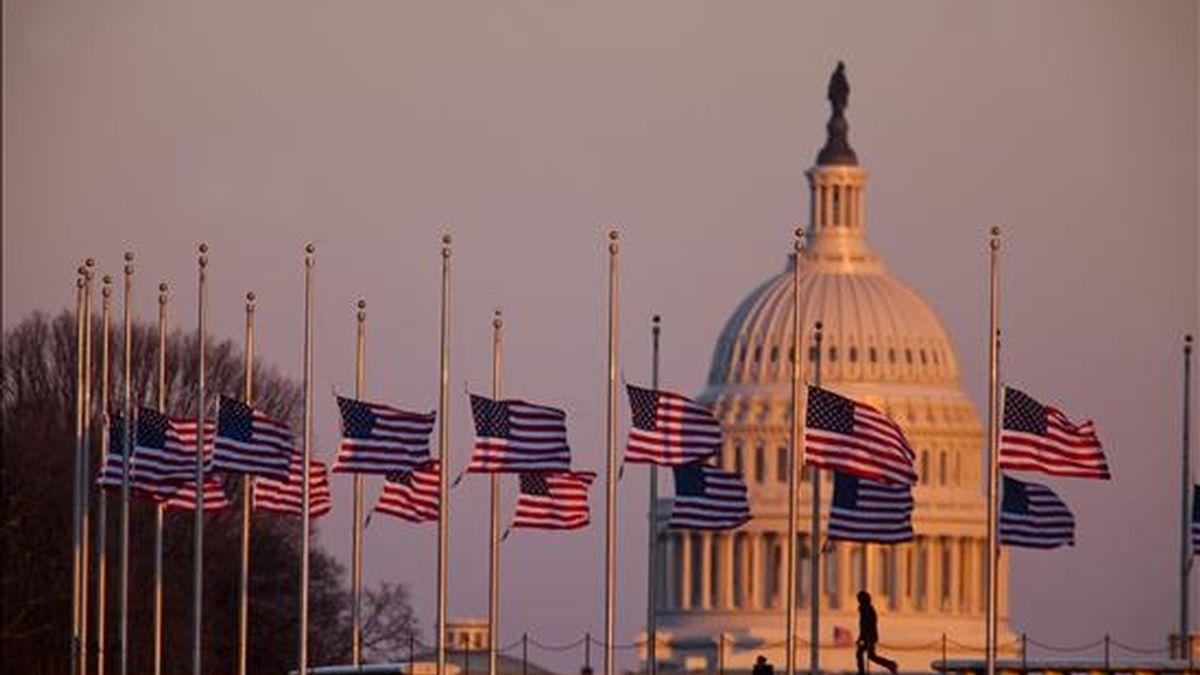 Banderas de Estados Unidos son vistas a media asta ayer cerca al monumento a George Washington en la capital de ese país. El presidente Barack Obama ordenó que las banderas de los edificios públicos estadounidenses, dentro y fuera del territorio, ondeen a media asta hasta el próximo viernes por las víctimas del ataque de este sábado en Arizona, en el que perecieron seis personas y 14 resultaron heridas, entre ellas la congresista Gabrielle Giffords. EFE