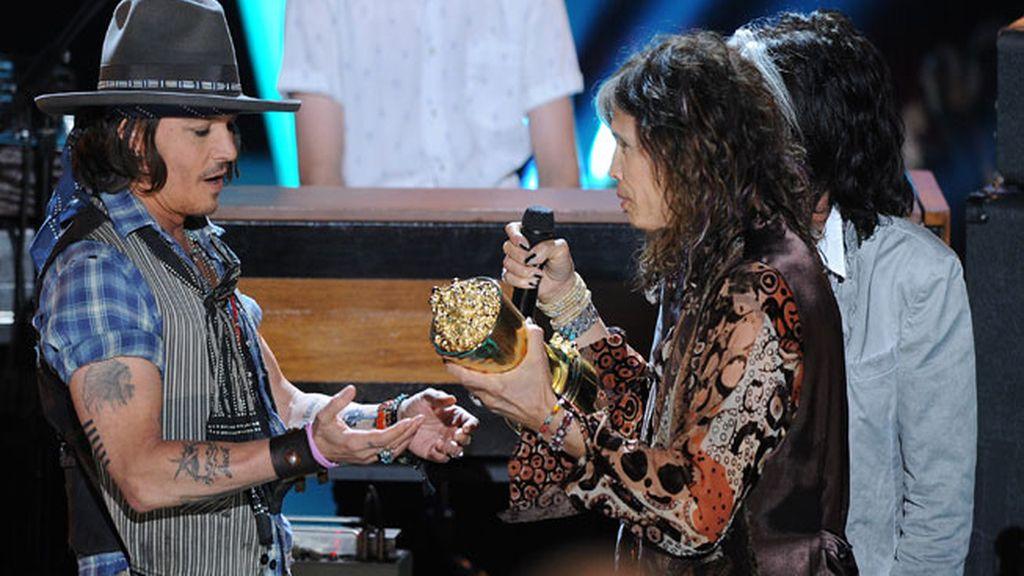 Johnny Depp recibe el premio a su carrera de manos de Steven Tyler
