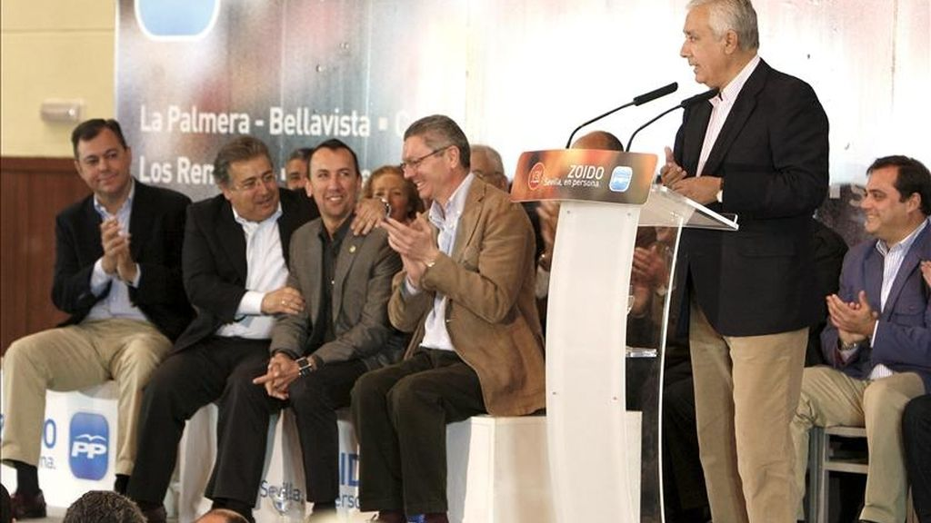 """El presidente del PP andaluz, Javier Arenas (d), durante su intervención en el acto de apoyo al candidato de este partido a la Alcaldía de Sevilla en las próximas elecciones, en la que ha asegurado """"Zapatero ha engañado a todos los españoles, a todos los ayuntamientos y a todas las formaciones políticas, y eso se vota el 22 de mayo"""", día de las elecciones municipales y autonómicas. EFE"""