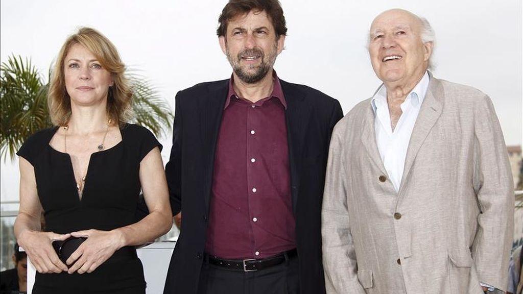 """(i-d) La actriz italiana Margherita Buy, el director de cine italiano Nanni Moretti, y el actor francés Michel Piccoli posan durante el pase gráfico de la película """"Habemus Papam"""" en la 64ª edición del Festival de cine de Cannes (Francia), hoy, viernes 13 de mayo de 2011. EFE"""