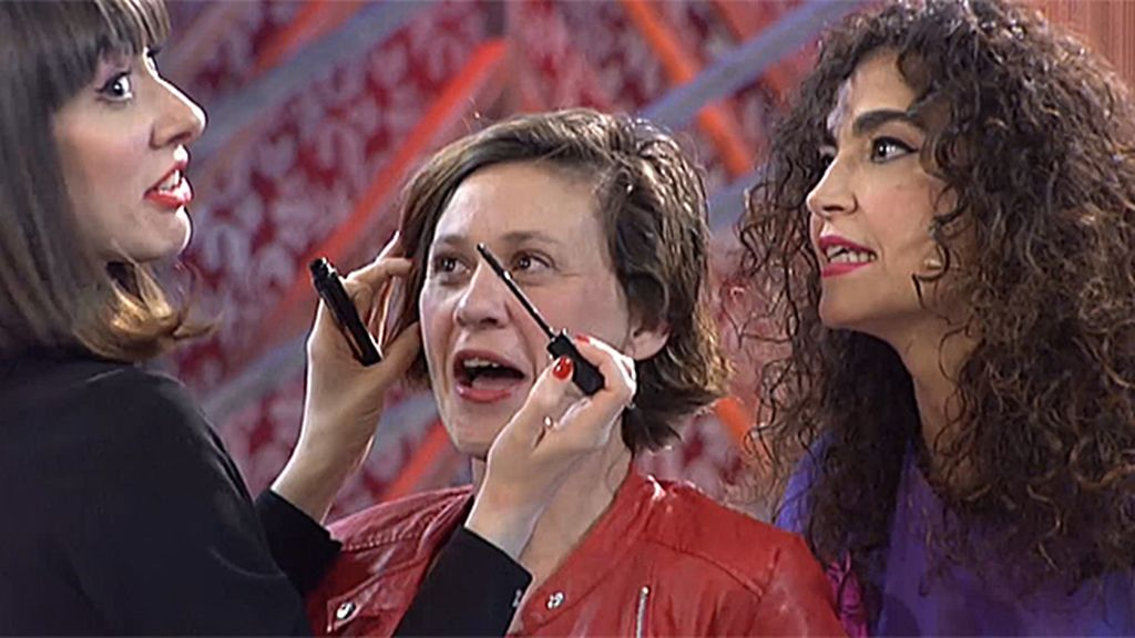 Labios rojos, chupa de cuero… Cristina y Natalia cambian a Mónica de forma exprés