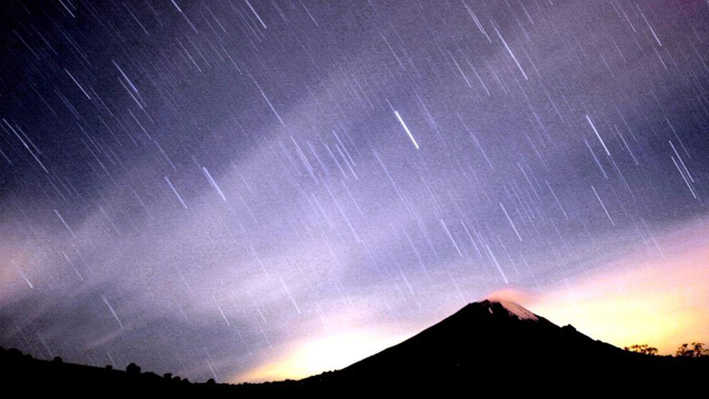 Lluvia de estrellas sobre el volcán Popocatepetl, en México
