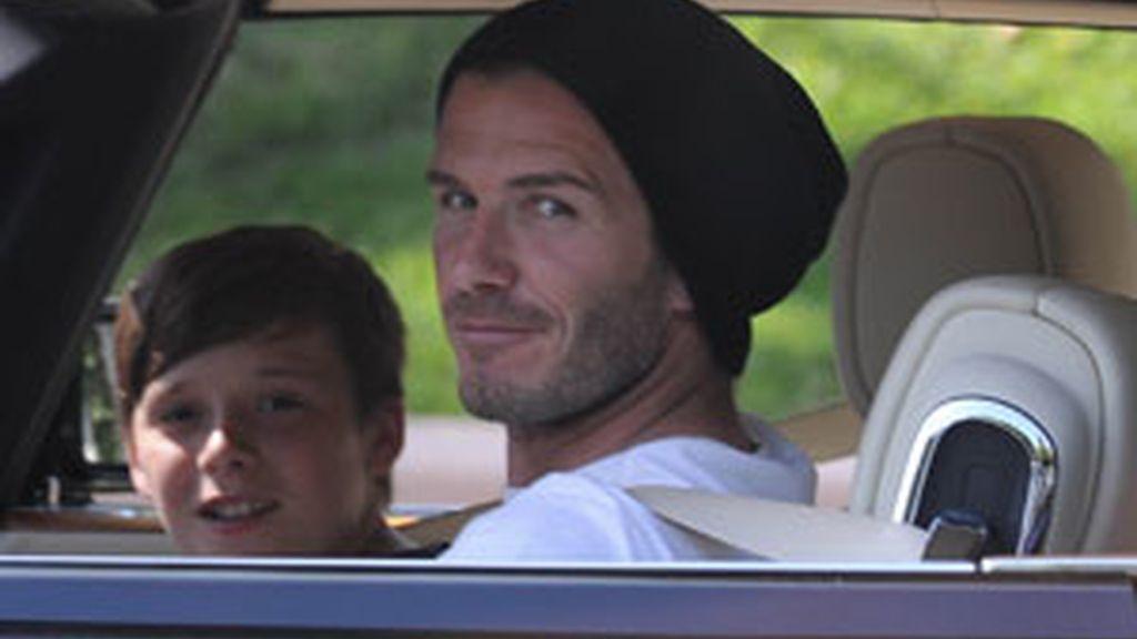 David Beckham y su hijo Brooklyn, en coche. Foto: Gtres