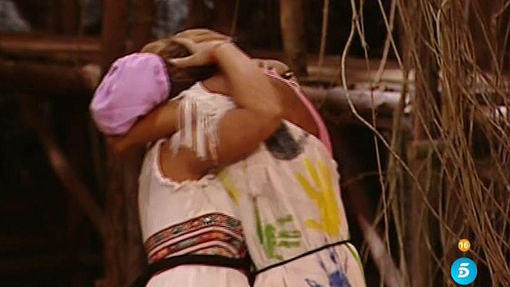 Steisy se come a besos a su hermana Cristina que la sorprende en Honduras