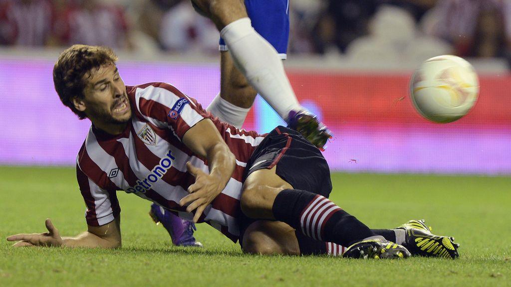 Fernando LLorente luchando por un balón