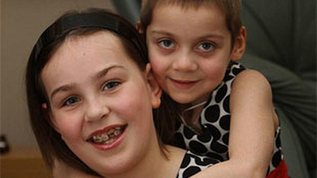 Lauren, de nueve años, ha salvado la vida a su hermana Emily, de cinco. Foto: Daily Mail.