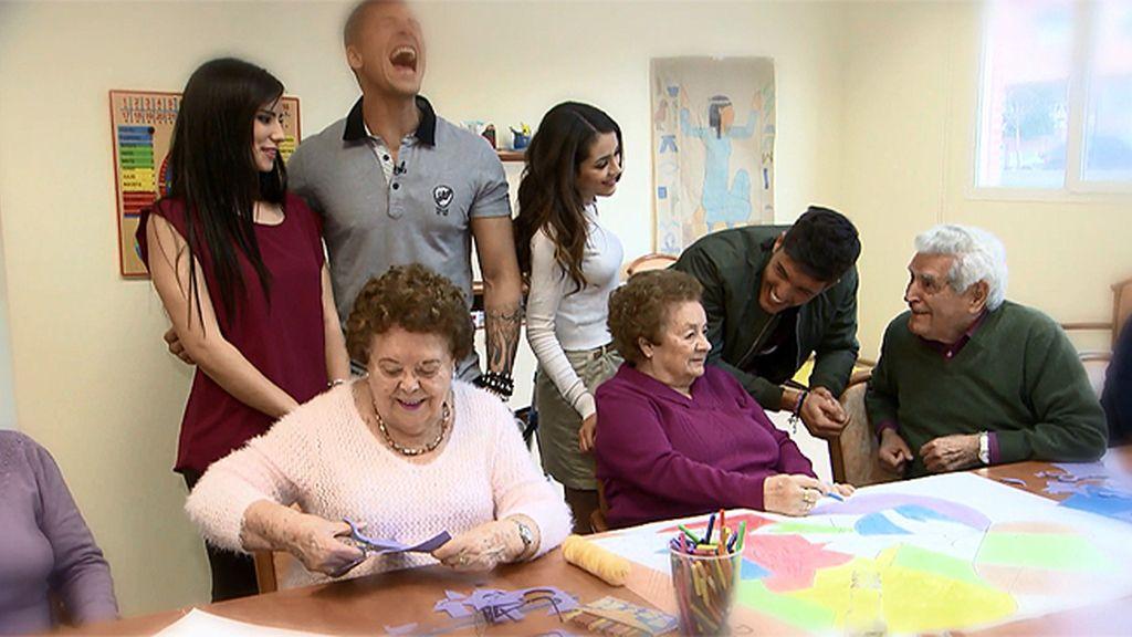 Nuestros tronistas buscan consejos amorosos en un centro de mayores