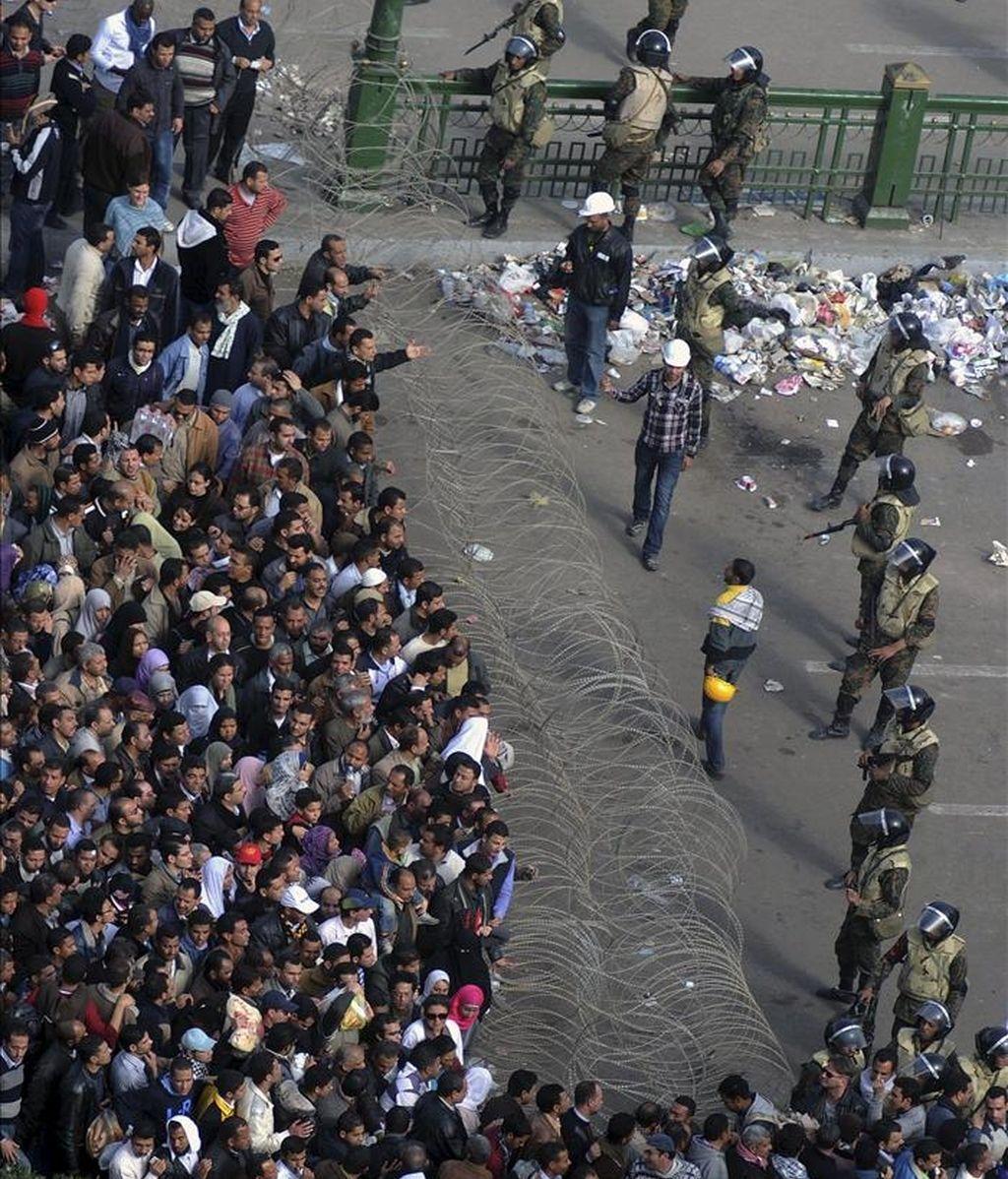 Una alambrada de espino contiene a los manifestantes egipcios que se congregaron hoy en la plaza Tahrir, en el centro de la capital. EFE/Archivo
