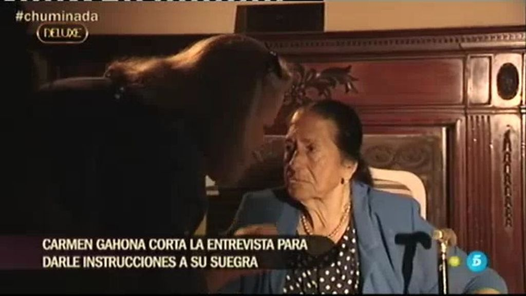 ¡Pillada a Carmen Gahona! Interrumpe la entrevista para aleccionar a su suegra