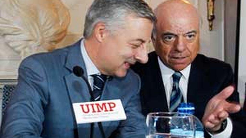 El ministro de Fomento, José Blanco, habla con el presidente del BBVA, Francisco González, en la Universidad Internacional Menendez Pelayo en Santander. FOto: EFE
