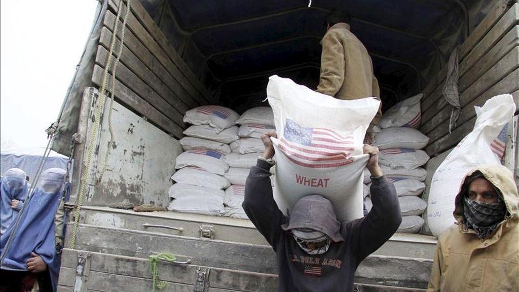 En la imagen, operarios afganos descargan de un camión sacos de harina distribuidos por el Programa Mundial de Alimentos. EFE/Archivo