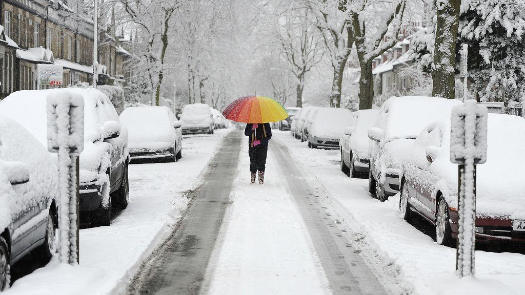 Rayos de color se cuelan entre la nevada