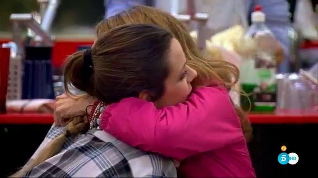 Laura y Lucía sellan la paz con un abrazo