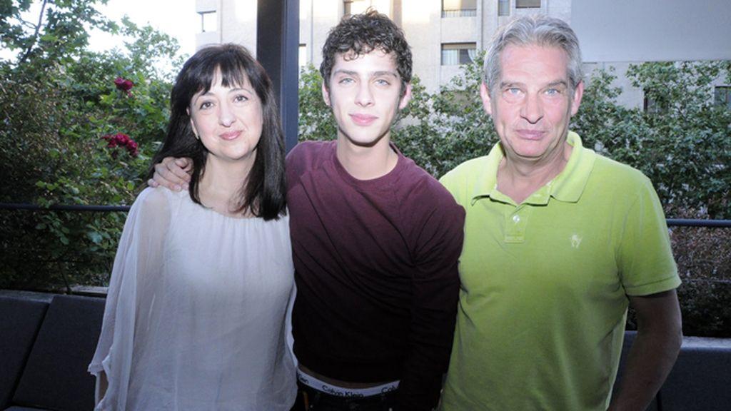 Eduardo Casanova junto a sus padres, Teresa y Miguel