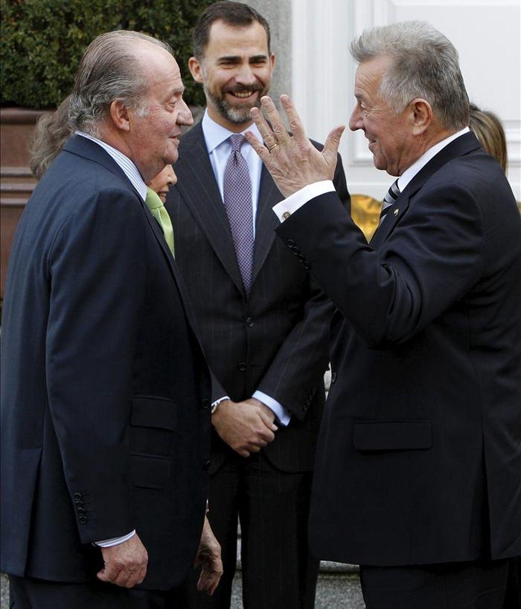 El rey Juan Carlos (i), el presidente de Hungría, Pál Schmitt (d) y el príncipe Felipe (c) antes del almuerzo ofrecido hoy en el palacio de la Zarzuela. EFE