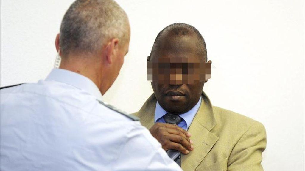 """El presunto criminal de guerra Straton Musoni (d), llega para su jucio en la audiencia territorial de Stuttgart, en el suroeste de Alemania, hoy miércoles 4 de mayo de 2011. El presidente de las Fuerzas Democráticas de Liberación de Ruanda (FDLR), Ignace Murwanashyaka, y su """"número dos"""", Musoni, dirigieron presuntamente desde Alemania las actividades de las tropas de este grupo en el este del Congo, donde entre enero de 2008 y julio de 2009 se cometieron numerosas masacres entre la población. EFE"""