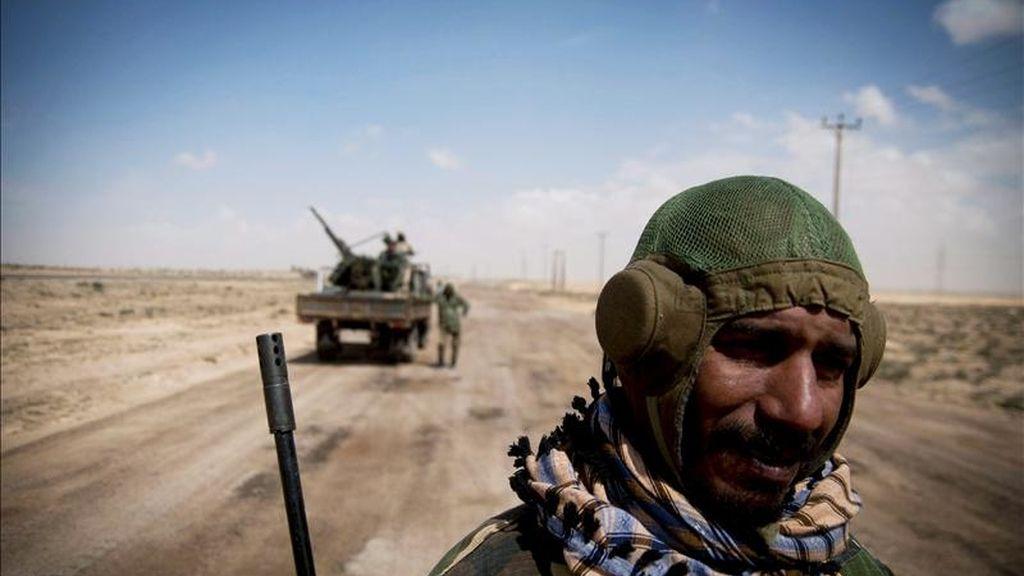 Rebeldes libios armados en una carretera cerca de Brega, Libia. EFE