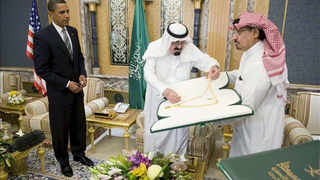 Fotografía de archivo fechada el 3 de junio de 2009 del rey Abdalá bin Abdelaziz (c), de Arabia Saudí, al  otorgar un collar de oro al presidente estadounidense, Barack Obama, (i) durante una reunión en la Residencia Real de Riad (Arabia Saudí). EFE/Archivo